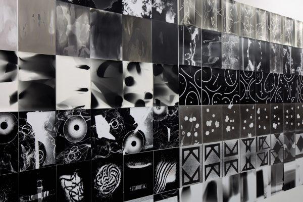 Dust. The plates of the present Projet mené par Thomas Fougeirol et Jo-ey Tang Installation de 1 031 photogrammes et un film, 2013-2018.