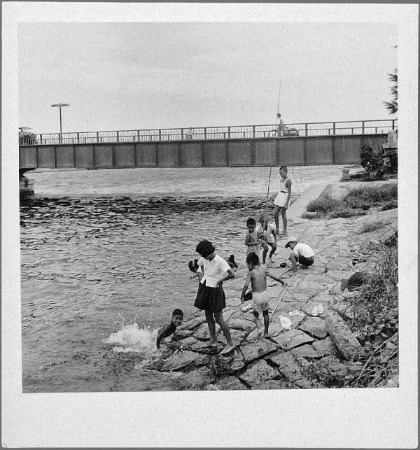 Emmanuelle Riva. Scènes quotidiennes à Hiroshima, Japon, septembre 1958.