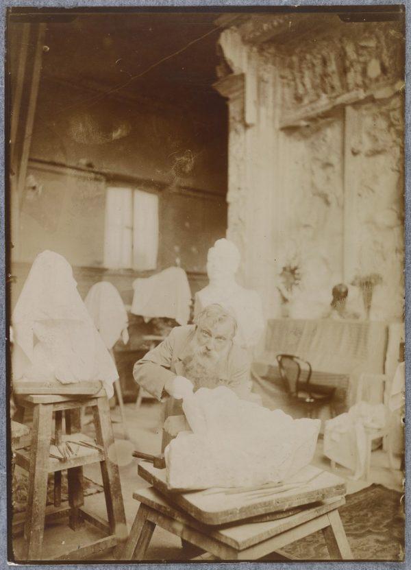 Anonyme Rodin dans son atelier du Dépôt des marbres, après 1900.